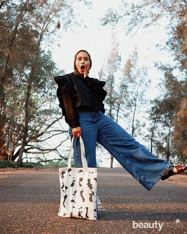 Pilihlah jeans dengan model kulot agar penampilan terlihat tetap sopan