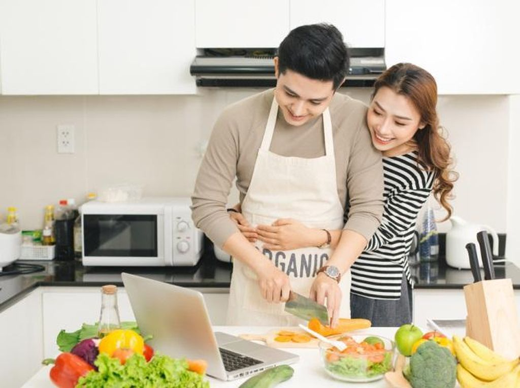 Dukung Kesetaraan Gender, Suami Bisa Bantu Istri Masak di Rumah