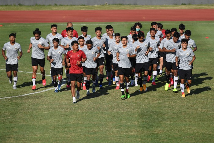 Pesepak bola Timnas U-19 berlatih di Stadion Madya, Kompleks Gelora Bung Karno Senayan, Jakarta, Jumat (28/8/2020). Sebanyak 20 pesepak bola Timnas U-19 akan berangkat menuju Kroasia untuk menjalani pemusatan latihan. ANTARA FOTO/Puspa Perwitasari/pras.