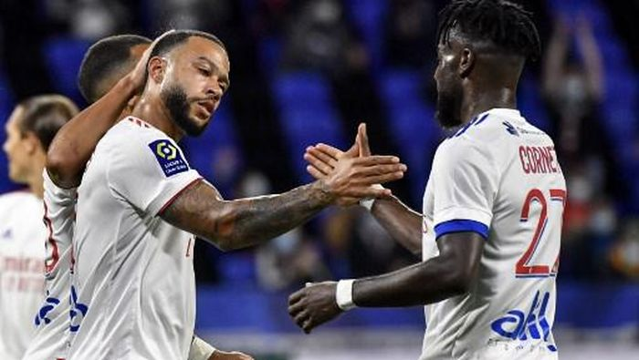 Lyons Dutch forward Memphis Depay (L) celebrates after scoring a goal during the French L1 footall match between Olympique Lyonnais (OL) and Dijon FC on August 28, 2020, at the Groupama Stadium in Decines-Charpieu, near Lyon, central-eastern France. (Photo by Philippe DESMAZES / AFP)