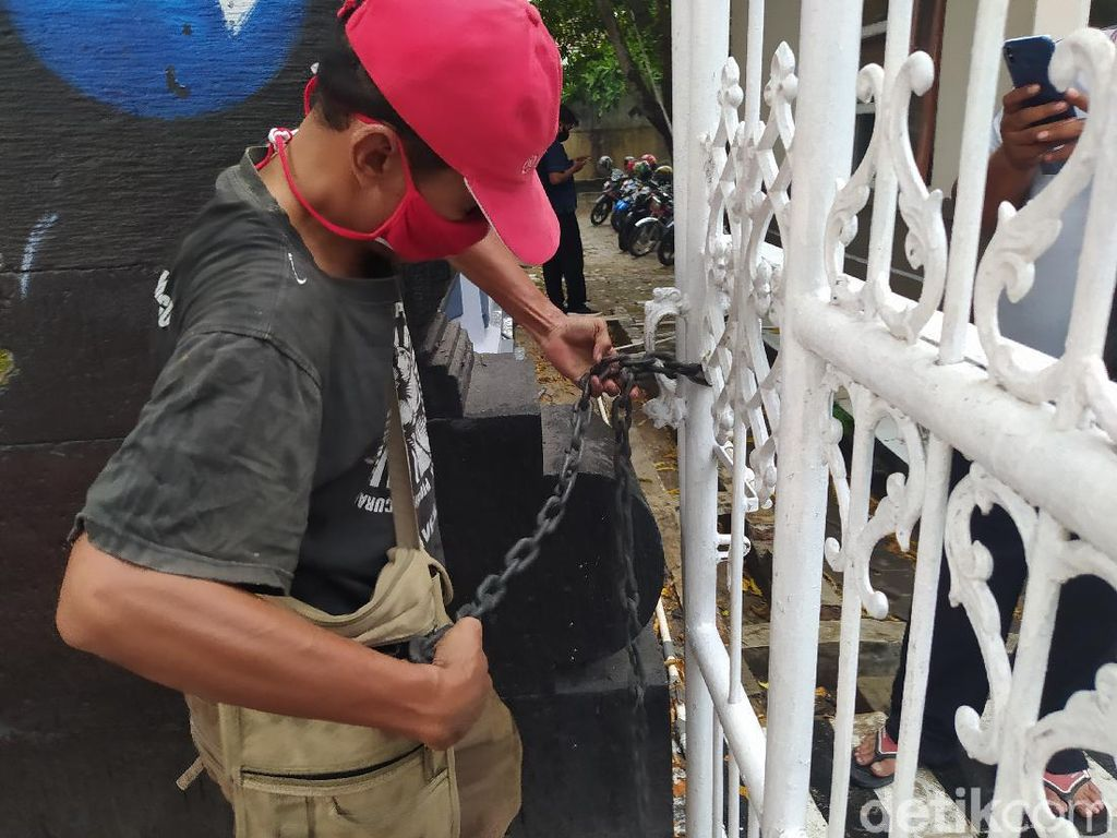 Pintu Masuk Gedung DPRD Blora Digembok Massa, Ada Apa?