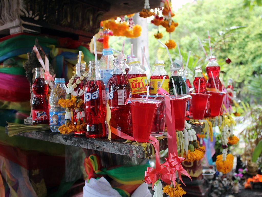 Unik! Minuman Bersoda Jadi Menu Wajib Sesajen di Thailand