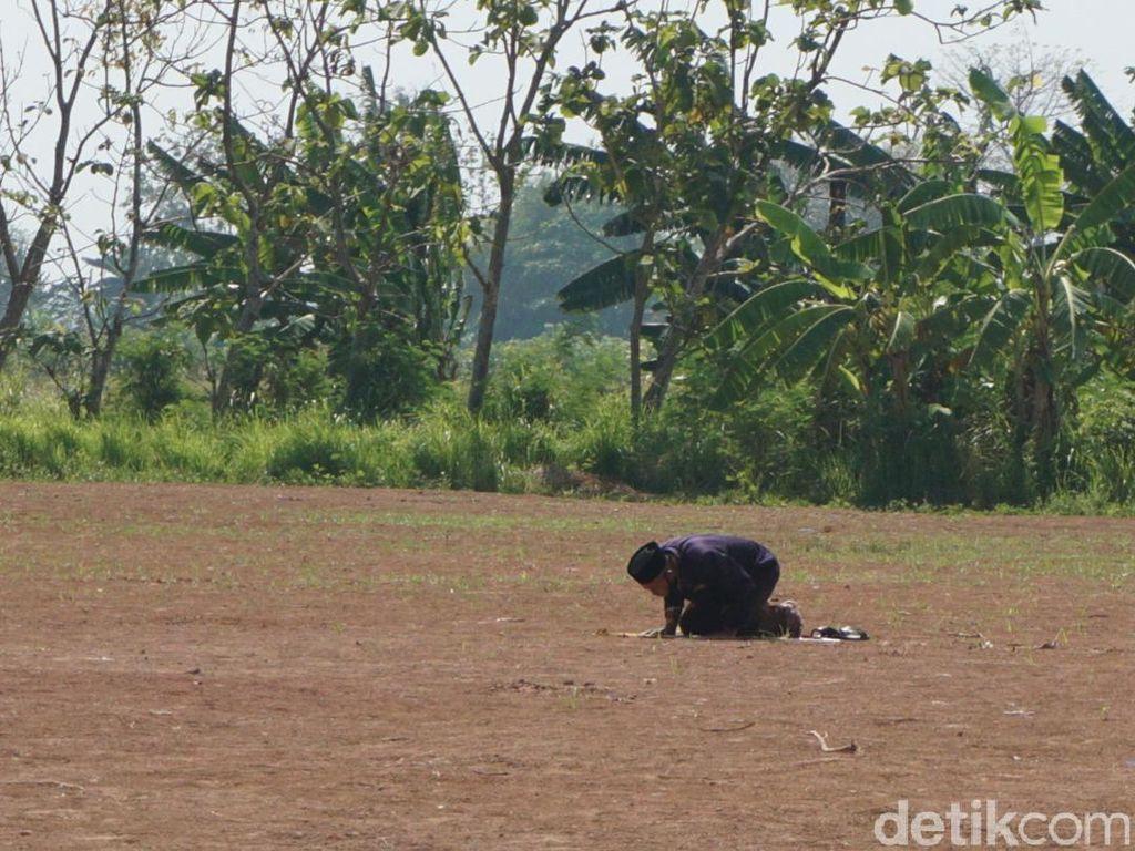 Ini Alasan Pria Demak Salat Sendirian di Lapangan Sejak Corona Mewabah