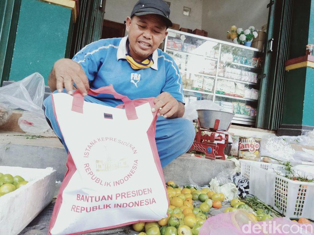 Pedagang Pasar di Klaten Senang Kebagian Sembako Rombongan Jokowi