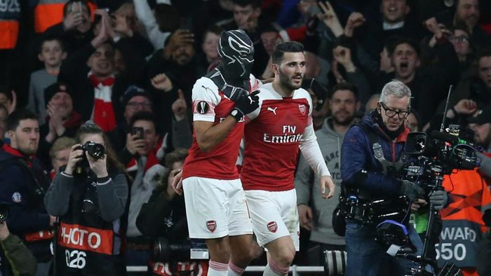 LONDON, ENGLAND - MARCH 14:  Pierre-Emerick Aubameyang of Arsenal dons a Black Panther mask as he celebrates after scoring his teams third goal with Sead Kolasinac of Arsenal during the UEFA Europa League Round of 16 Second Leg match between Arsenal and Stade Rennais at Emirates Stadium on March 14, 2019 in London, England. (Photo by Alex Morton/Getty Images)