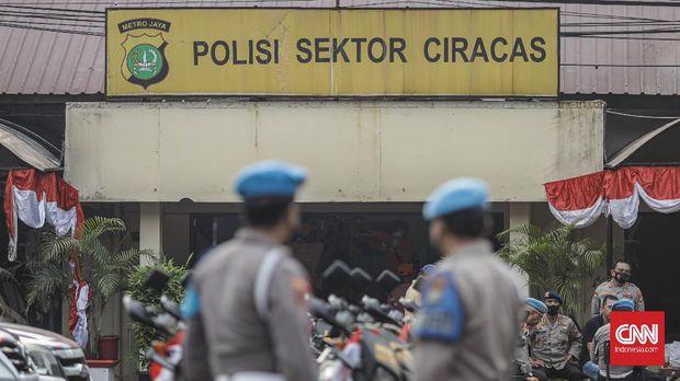 Suasana di Polsek Ciracas, Sabtu, 29 Agustus 2020. Polsek Ciracas dikabarkan diserang oleh sejumlah orang tak dikenal pada Sabtu (28/8) dini hari. CNN Indonesia/Bisma Septalisma