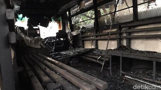 Sisa-sisa perusakan di area Polsek Ciracas, Jakarta Timur (Rolan/detikcom)
