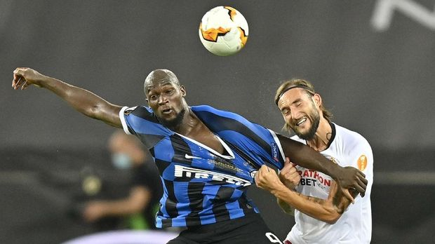 Inter Milan's Romelu Lukaku, left, and Sevilla's Nemanja Gudelj fight for the ball during the Europa League final soccer match between Sevilla and Inter Milan at the Rhein Energie Stadium in Cologne, Germany, Friday, Aug. 21, 2020. (AP Photo/Martin Meissner, Pool)