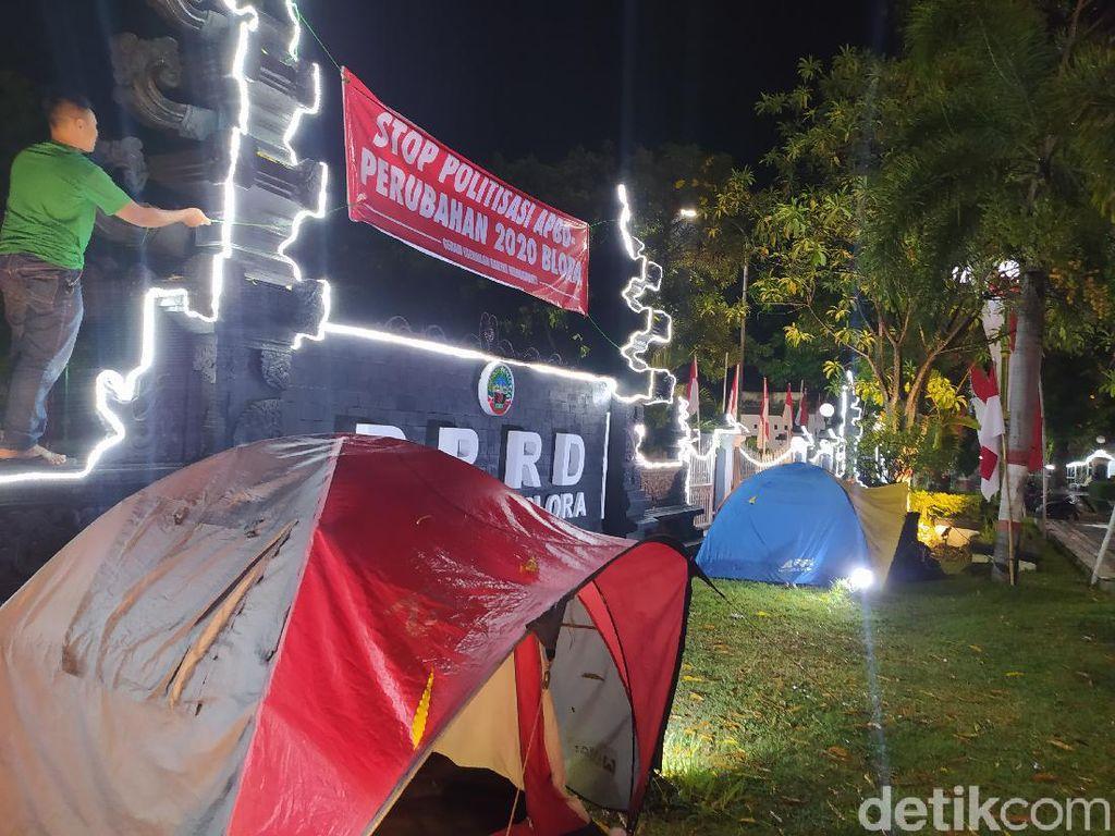 Gembok Pintu DPRD Blora Sudah Dibuka, Kini Massa Dirikan Tenda
