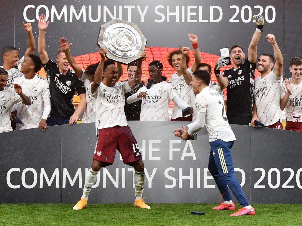 Kocak! Aubameyang Pakaikan Seat Belt ke Trofi Community Shield