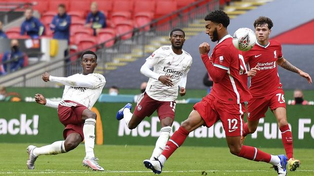 Arsenal's Eddie Nketiah, left, attempts a shot at goal during the English FA Community Shield soccer match between Arsenal and Liverpool at Wembley stadium in London, Saturday, Aug. 29, 2020. (Justin Tallis/Pool via AP)