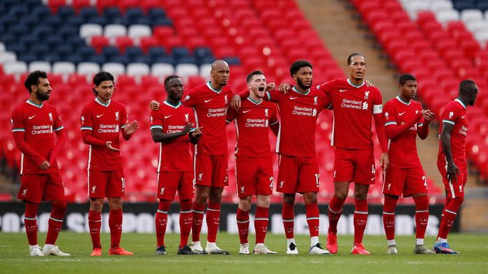 LONDON, ENGLAND - AUGUST 29: Liverpool players line up during the penalty shoot out during the FA Community Shield final between Arsenal and Liverpool at Wembley Stadium on August 29, 2020 in London, England. (Photo by Andrew Couldridge/Pool via Getty Images)