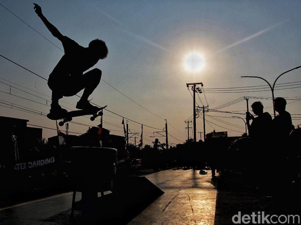 Asyiknya Menikmati Sore Sambil Bermain Skateboard