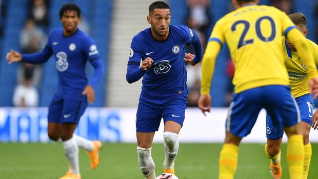 Chelsea's Moroccan midfielder Hakim Ziyech (C) runs with the ball during the pre-season friendly football match between Brighton and Hove Albion and Chelsea at the American Express Community Stadium in Brighton, southern England on August 29, 2020. - The game is a 'pilot' event where a small number of fans will be present on a socially-distanced basis. The aim is to get fans back into stadiums in the Premier League by October. (Photo by Glyn KIRK / AFP)