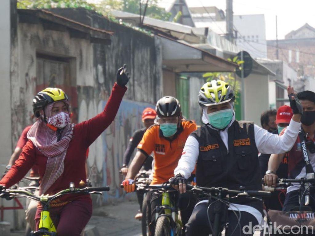 Gubernur Khofifah Gowes Bareng Walkot Mojokerto Sambil Bagikan Masker
