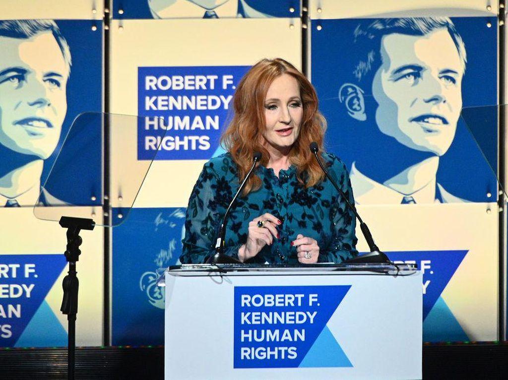 JK Rowling Kembalikan Penghargaan HAM Usai Viral Komentar Antitransgender