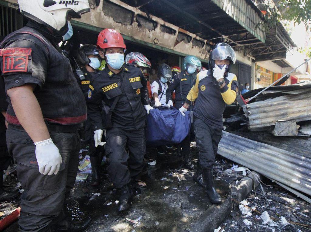 Momen Evakuasi Korban Kebakaran di Toko Elektronik Surabaya