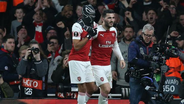 LONDON, ENGLAND - MARCH 14:  Pierre-Emerick Aubameyang of Arsenal dons a Black Panther mask as he celebrates after scoring his team's third goal with Sead Kolasinac of Arsenal during the UEFA Europa League Round of 16 Second Leg match between Arsenal and Stade Rennais at Emirates Stadium on March 14, 2019 in London, England. (Photo by Alex Morton/Getty Images)