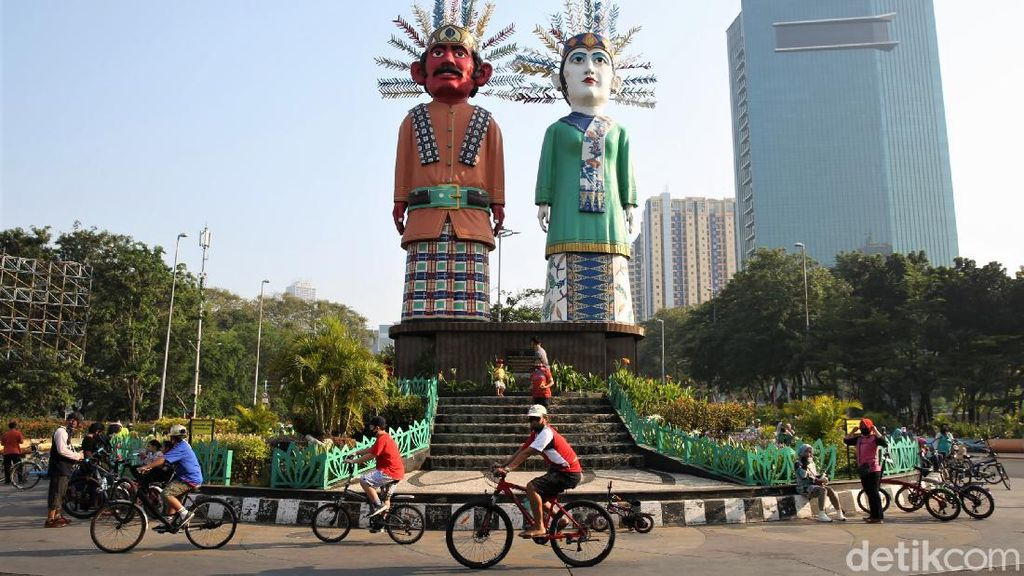 Potret Warga Bersepeda di Jalan Benyamin Sueb Kemayoran