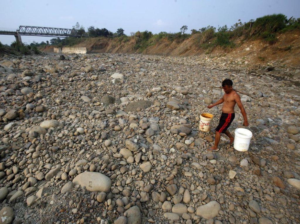 Potret Warga Bogor Mencari Air Bersih di Saat Kemarau