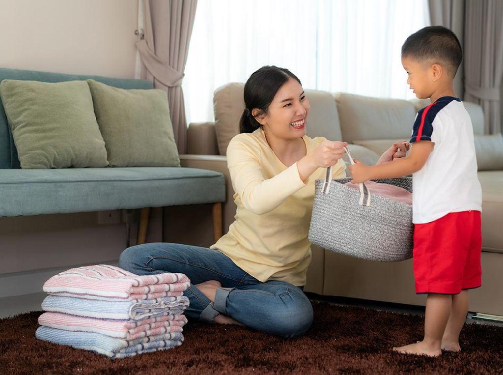 3 Alasan Anak Laki-laki Perlu Diajarkan Pekerjaan Rumah Tangga