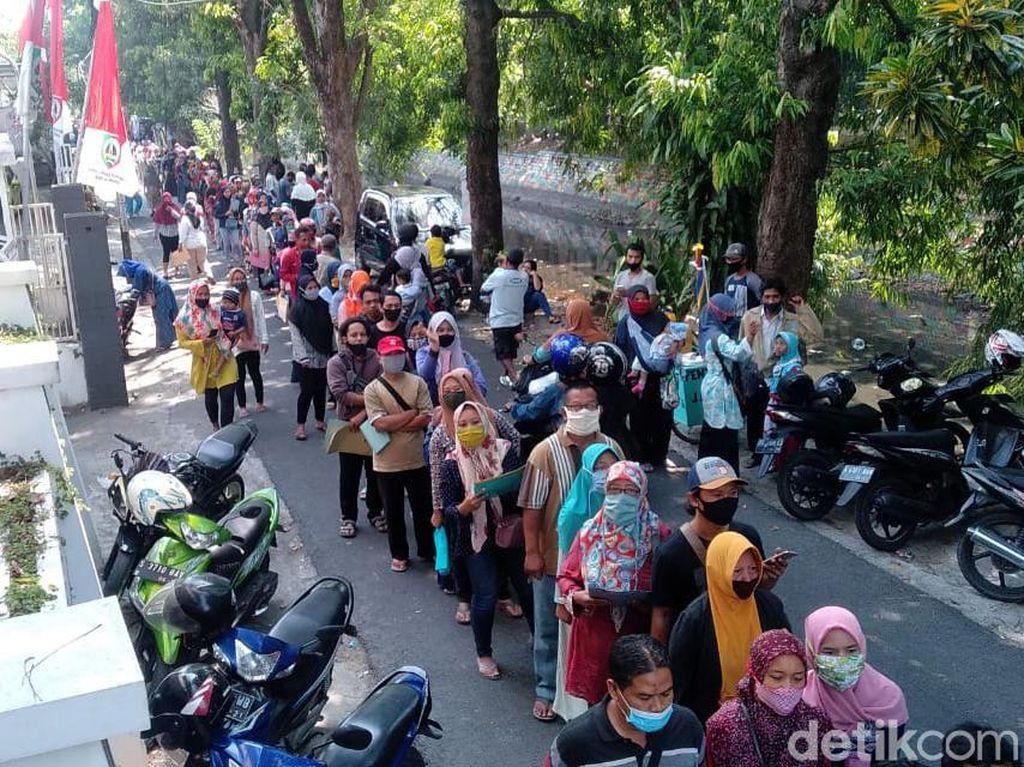 Antrean Pemohon Banpres Usaha Mikro di Jombang Abaikan Jaga Jarak