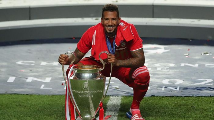 Bayern Munichs German defender Jerome Boateng celebrates with the trophy after the UEFA Champions League final football match between Paris Saint-Germain and Bayern Munich at the Luz stadium in Lisbon on August 23, 2020. (Photo by Miguel A. Lopes / POOL / AFP)