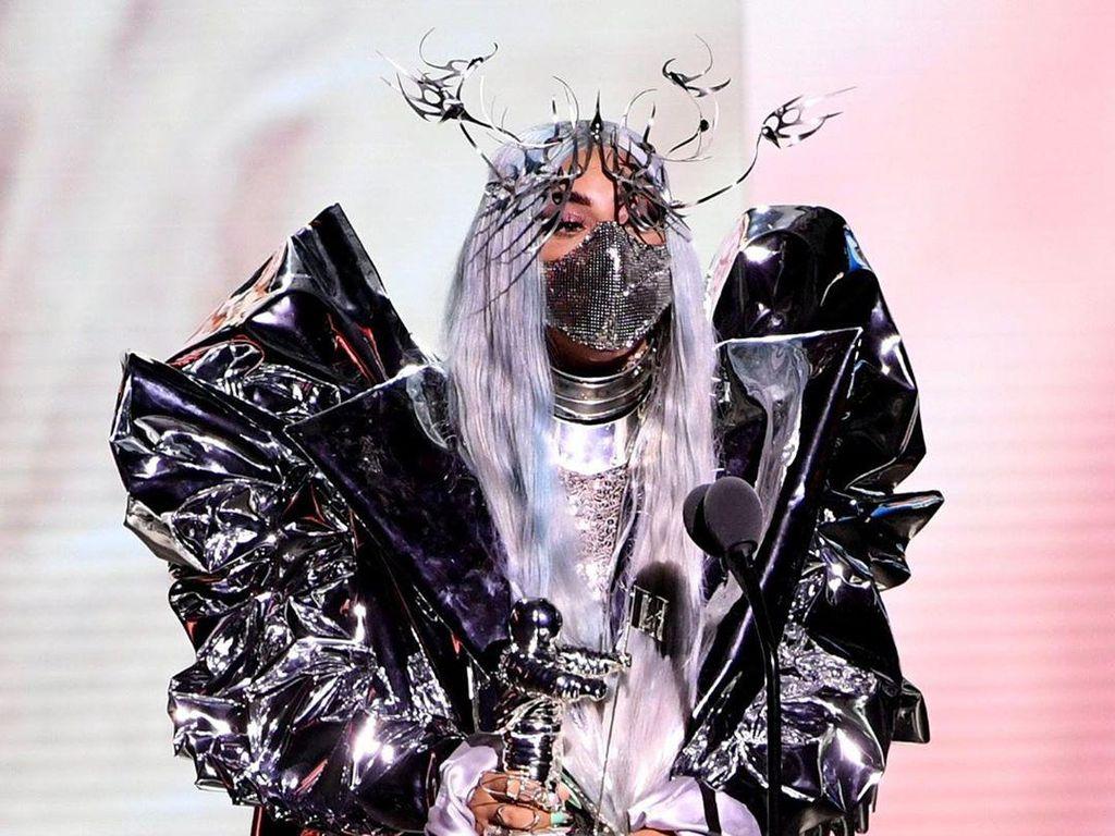 Bangga! Lady Gaga Pakai Masker Buatan Desainer Indonesia di MTV VMA