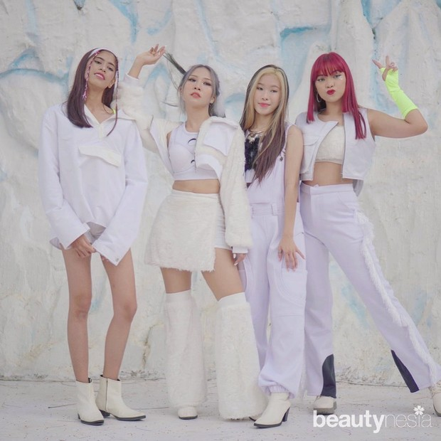 Dalam video cover lagu How You Like That, Natya memerankan sosok Rose, Vellania sebagai Jennie, Asyifa menjadi Lisa, serta Devina sebagai Jisoo.
