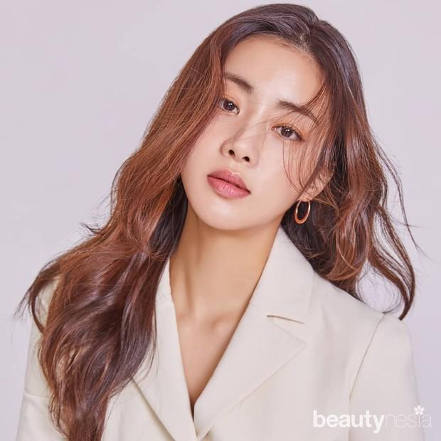 Kang Sora telah aktif di dunia hiburan Korea sejak 2009. Sebelum menikah, Kang Sora sempat menjalin hubungan asmara dengan aktor Hyun Bin.