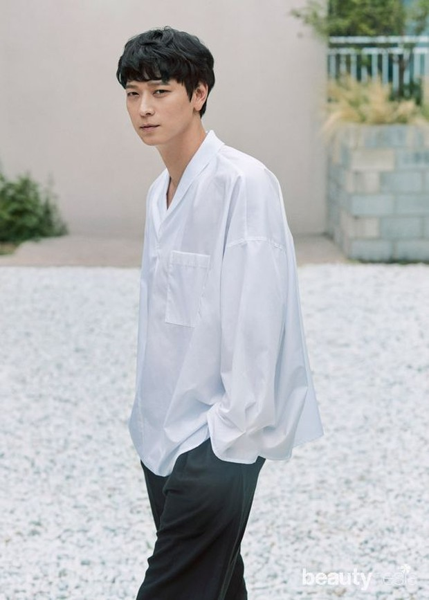 Kang Dong Won dikritik karena sudah tua dan pakaian yang dipakau terkesan 'setengah baya'.
