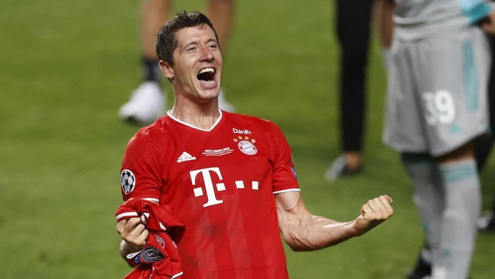 Bayern Munichs Polish forward Robert Lewandowski celebrates after winning at the end of the UEFA Champions League final football match between Paris Saint-Germain and Bayern Munich at the Luz stadium in Lisbon on August 23, 2020. (Photo by MATTHEW CHILDS / POOL / AFP)