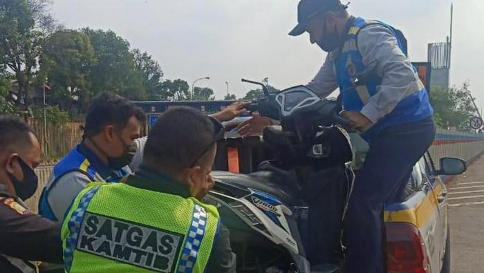 Motor masuk Tol Jakarta-Cikampek lalu terjatuh setelah bersenggolan dengan motor