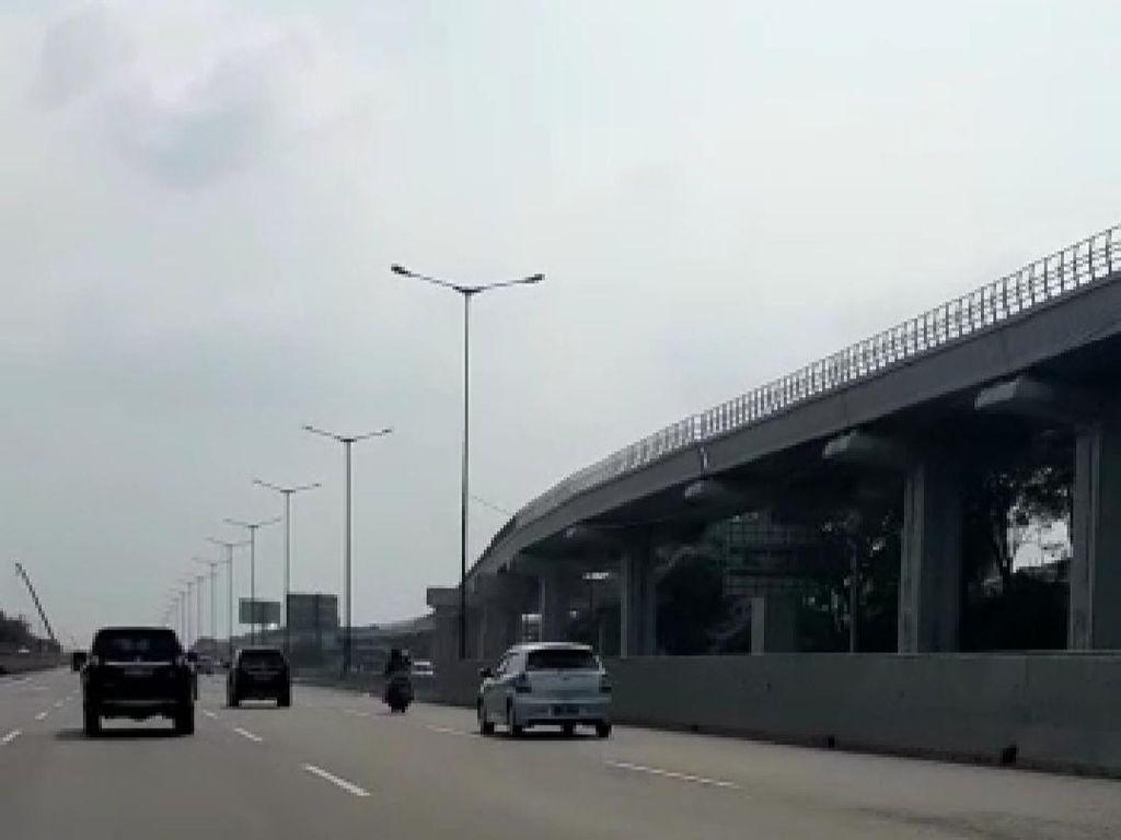 Geger Kakak Beradik Bonceng 3 di Tol Bekasi Berakhir Ditilang Polisi