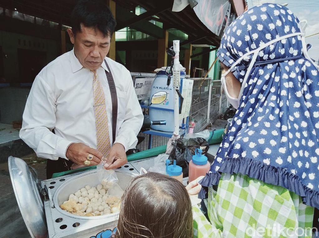 Wah! Penjual Bakso Pentol Ini Berpakaian Necis Ala Orang Kantoran
