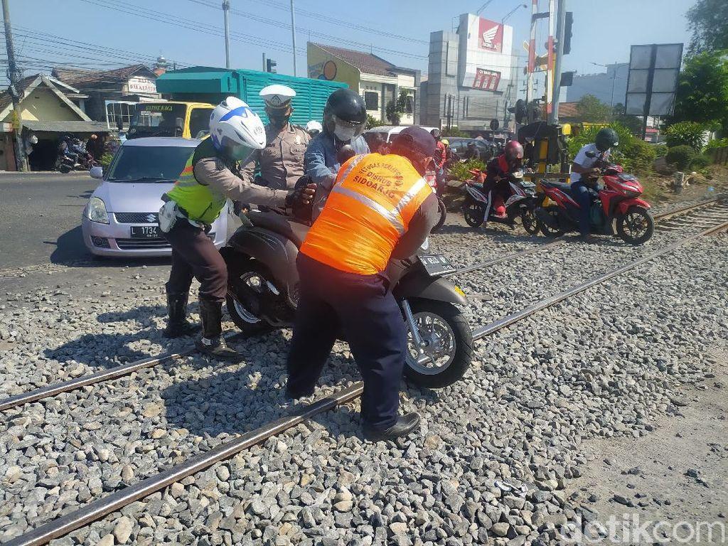Peninggian Rel Kereta di Sidoarjo Belum Rampung, Ratusan Motor Jatuh