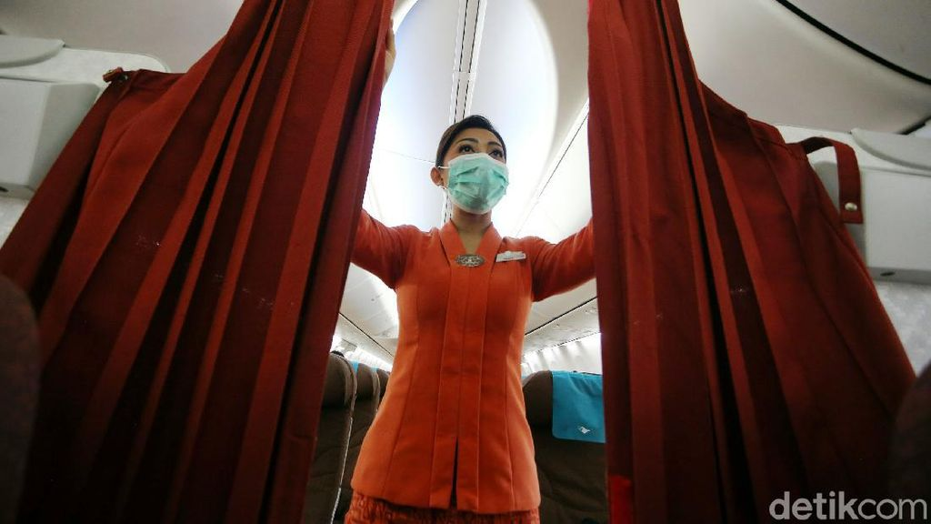 Potret Pramugari Garuda saat Melayani di Tengah Pandemi
