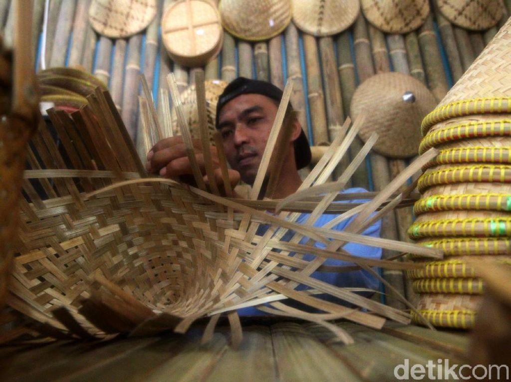 Puluhan Tahun Anyaman Bambu Sumedang Tetap Bertahan