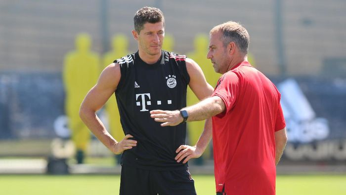 MUNICH, GERMANY - AUGUST 07: Robert Lewandowski of FC Bayern Muenchen (L) and Hans-Dieter Flick, head coach of Bayern Muenchen, speak during a training session ahead of their UEFA Champions League round of 16 second leg match against Chelsea FC at Saebener Strasse training ground on August 07, 2020 in Munich, Germany. (Photo by FC Bayern - Handout/Getty Images)