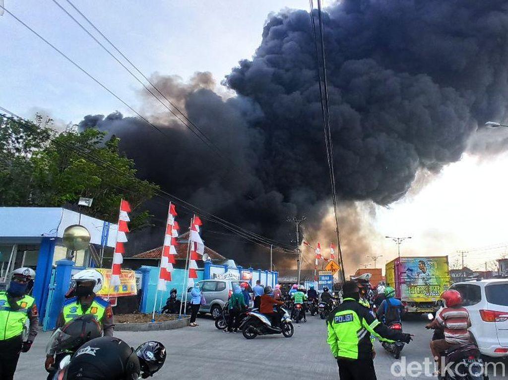Foto-foto Gudang Polytron yang Terbakar di Demak
