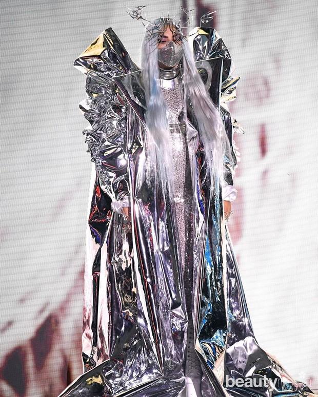 Masker yang dirancang Mety Choa itu berwarna metalik dan terbuat dari material mesh.