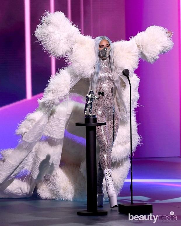 Lady Gaga mengenakan masker keluaran label Maison Met yang dirancang desainer Mety Choa.