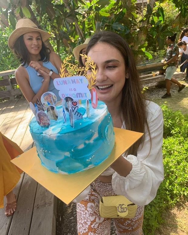 Luna Maya mendapat kue ulang tahun yang diberi foto personel BTS. Ia merupakan penggemar dari idol group asal Korea Selatab itu.