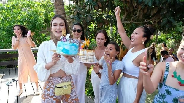 Artis Luna Maya merayakan ulang tahunnya yang ke-37 tahun di Bali bersama keluarga dan sahabatnya.