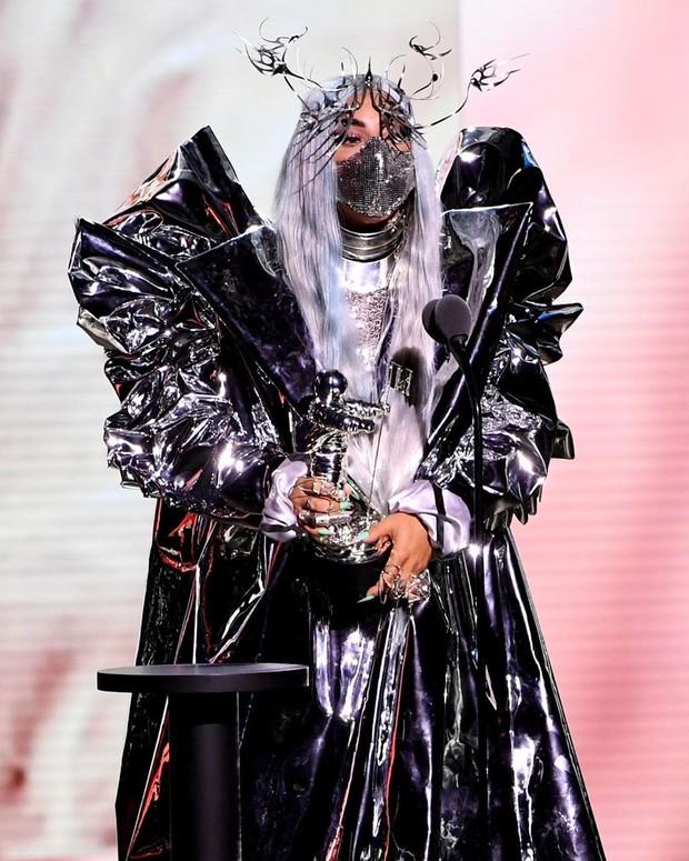 Penyanyi Lady Gaga mengenakan masker buatan desainer Indonesia, Mety Choa, dalam acara MTV Video Music Awards (VMA) 2020.