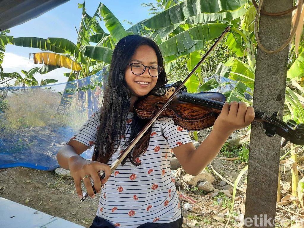 Remaja Surabaya Lihai Main Biola Sambil Gendong Adik Bernama Jawa Nur Alam