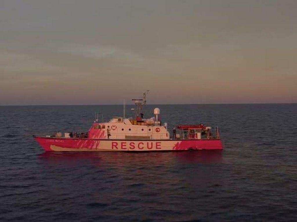 Seniman Jalanan Beli Kapal Penyelamat Pengungsi, Lalu Diwarnai Pink