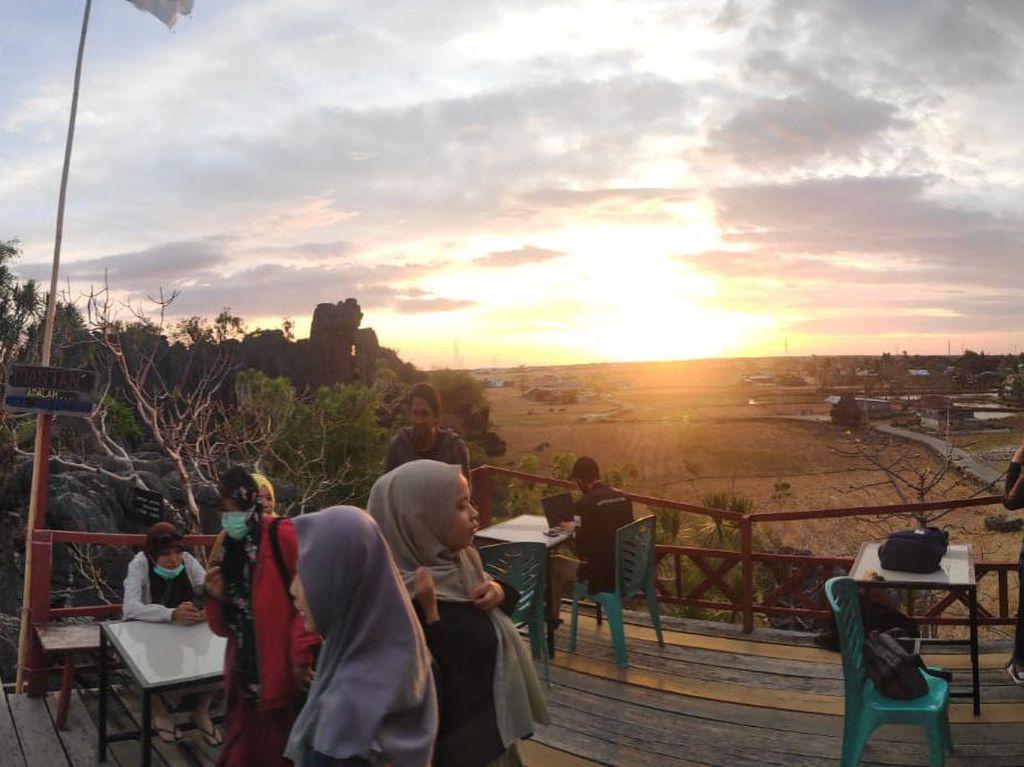 Pesona Senja di Kafe Puncak Rammang-Rammang Maros