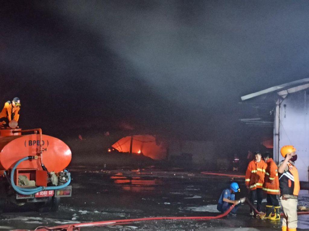 9 Jam Berlalu, Kebakaran Gudang Polytron di Demak Belum Padam