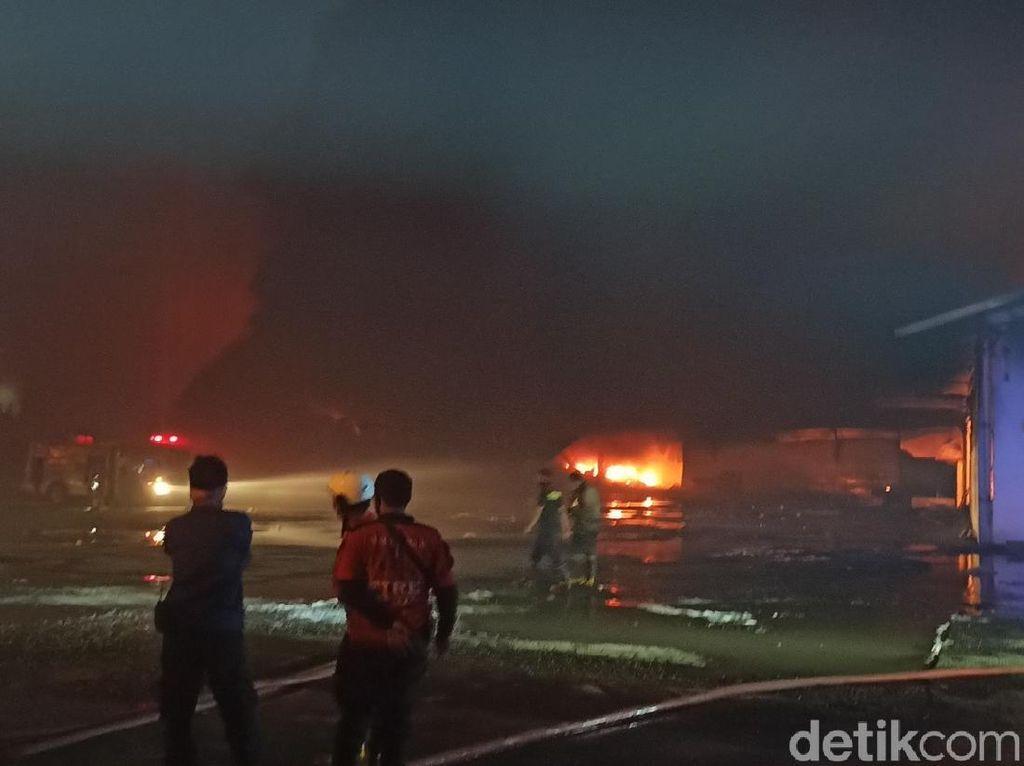 Sudah 5 Jam, Kebakaran Gudang Pabrik Polytron di Demak Belum Padam